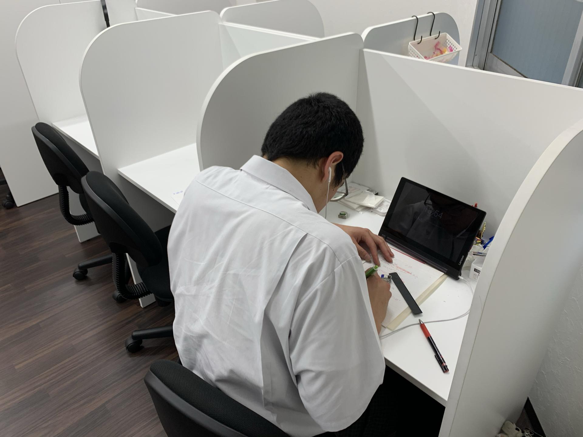 個別指導のグランアシスト福山駅前教室の自習室です